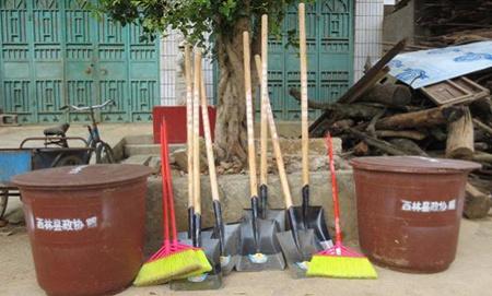 """清洁乡村""""活动,向该村捐赠了1000元作为清洁工具采购经费,目前垃圾桶"""