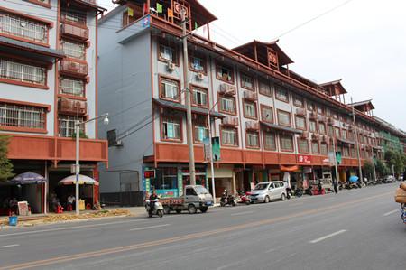 图为上林县县城街道居民楼房立面改造实景.