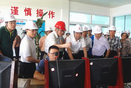 图为考察组到广西信发铝电有限公司参观.