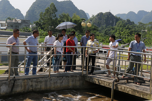 图为政协委员在榜圩镇处理厂调研。.JPG